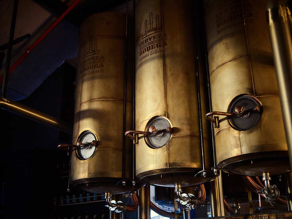 Tanques de cerveza de bodega Estrella Galicia